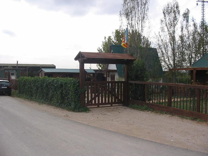 Construcciones h picas vallado y puertas picadero puerta de entrada con tejadillo - Tejadillo para puerta ...